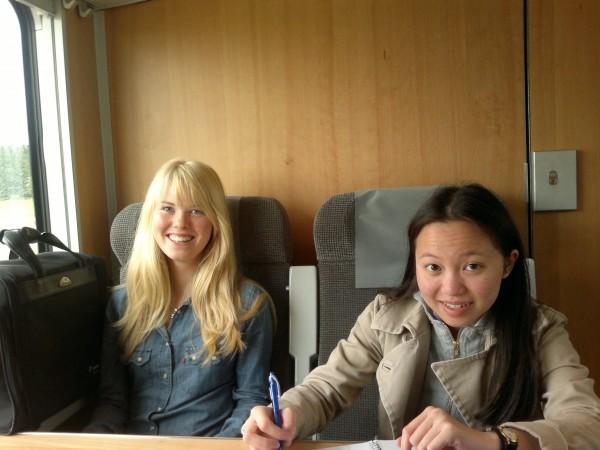 Anna och Tien på tåget emot Stockholm.