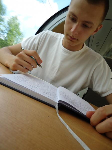 Henrik skriver loggbok.