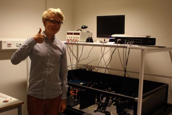 Joel brevid sin och Davids laborationsutrustning. Joel och David har arbetat med kvantkryptografi.