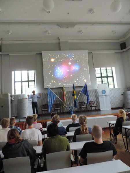 Per-Olof Hulth inspirerar eleverna när han talar passionerat om astro