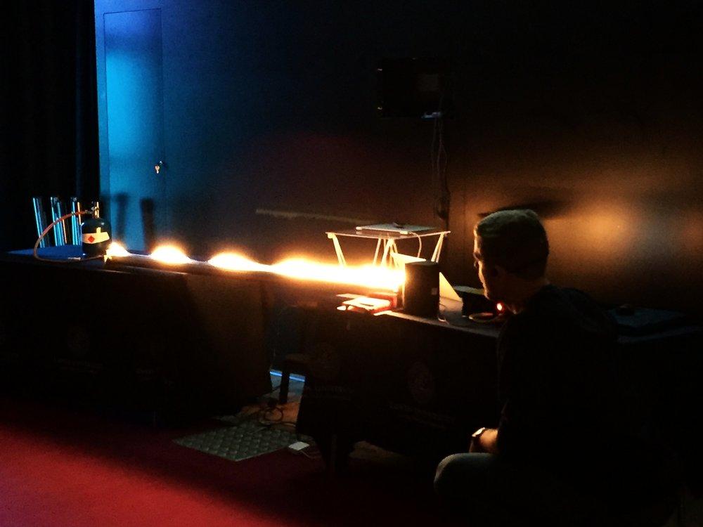 Gästföreläsare Johan Mauritsson demonstrerar ljudets vågegenskaper