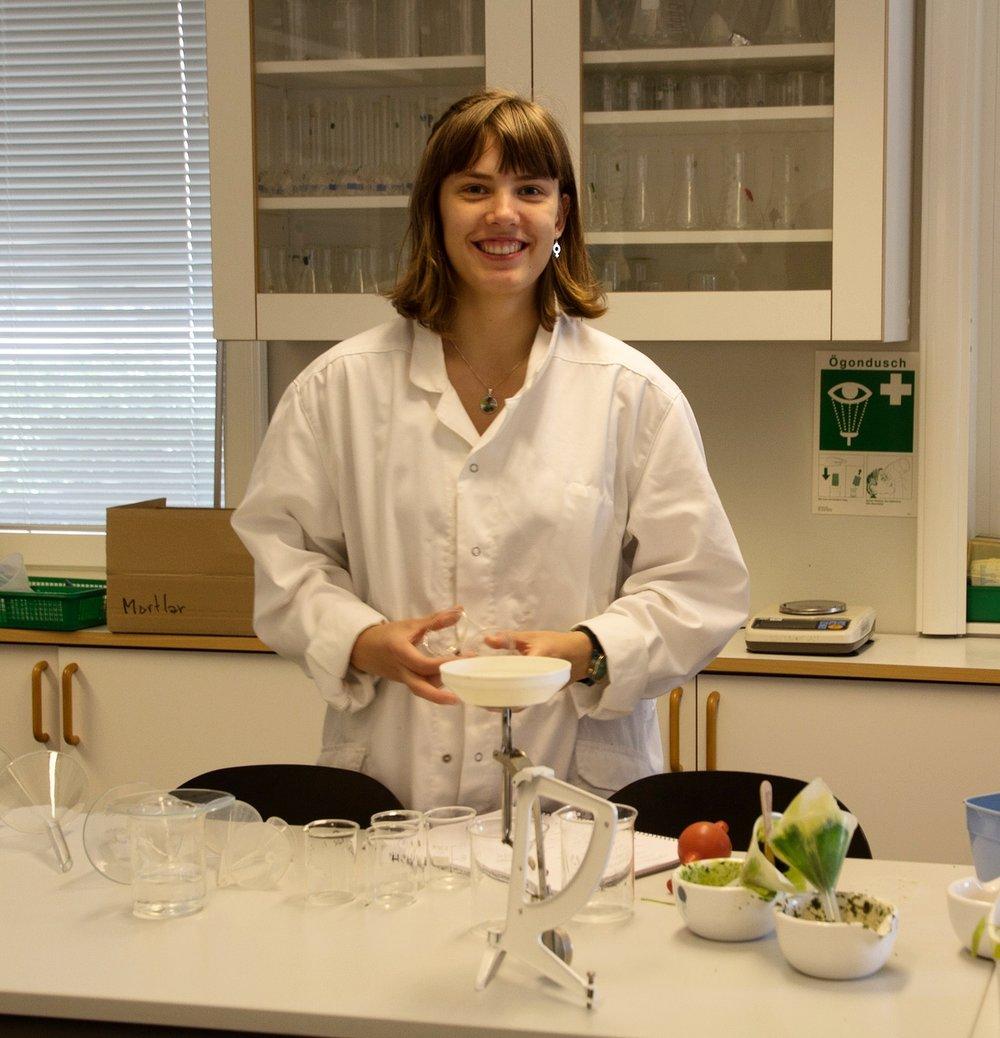 Saga Jonsson hade ett astrofysikaliskt projekt på Rays 2016. Här ses hon dock försöka utvinna färgämnen ur växter under första veckans miniprojekt.