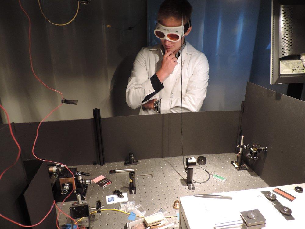 Anton Möller funderar under sitt projekt hos professor Katia Gallo där han studerade hur elektromagnetiska vågor kan styras.
