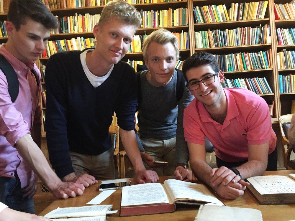 """Anton, David, Erik och Sebastian läser förstautgåvan av Newtons """"Principia""""."""