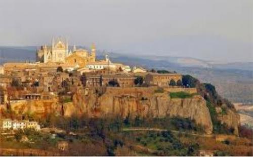 Orvieto on its tufa cliff.jpg
