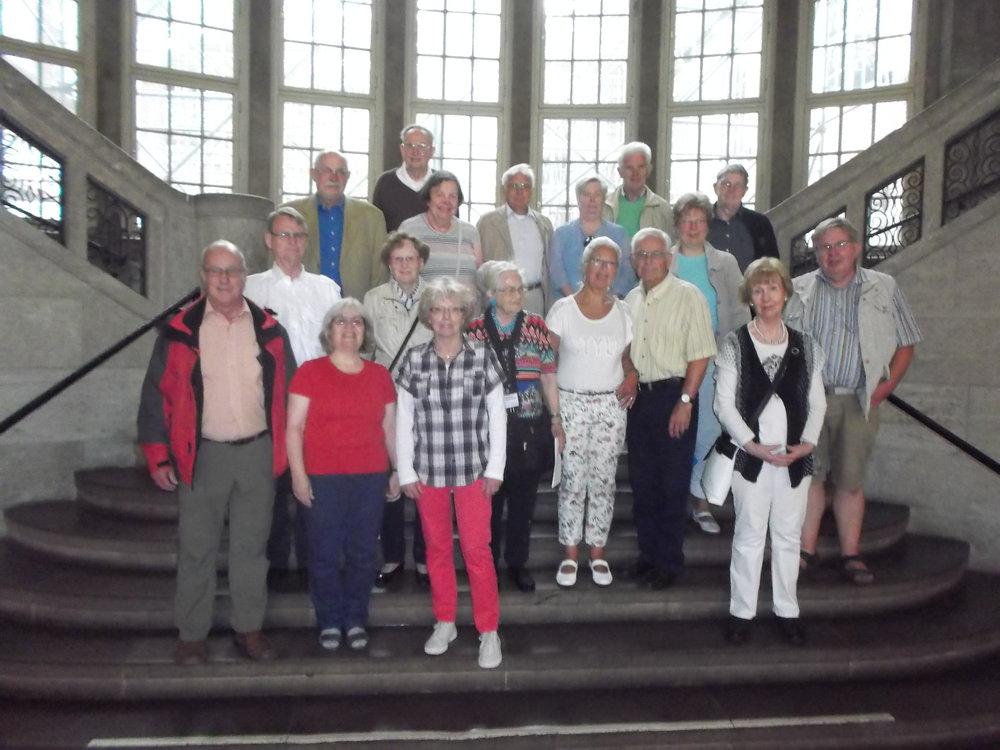 Ausflugsteilnehmer im Foyer des Hamburg Museums