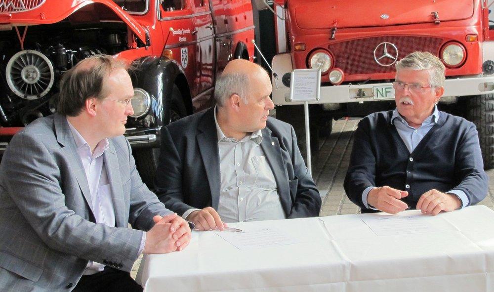 Dr. Hajo Brandenburg, Rolf Schamberger und Horst Plambeck nach der Vertragsunterzeichnung im Gespräch in der Plambeck-Halle