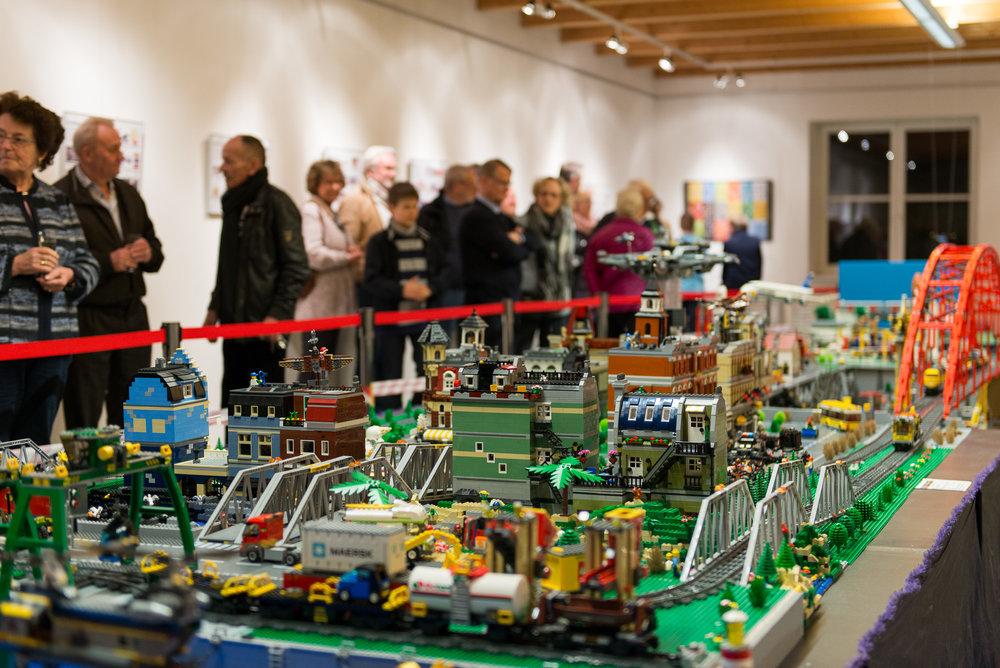 Besucher bei der Eröffnung der LEGO®-Sonderausstellung