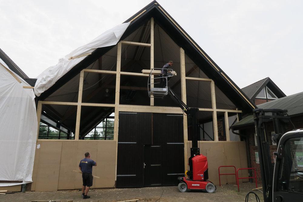 Die Außenfassade der Plambeck-Halle mit neuen Ständern und Riegeln