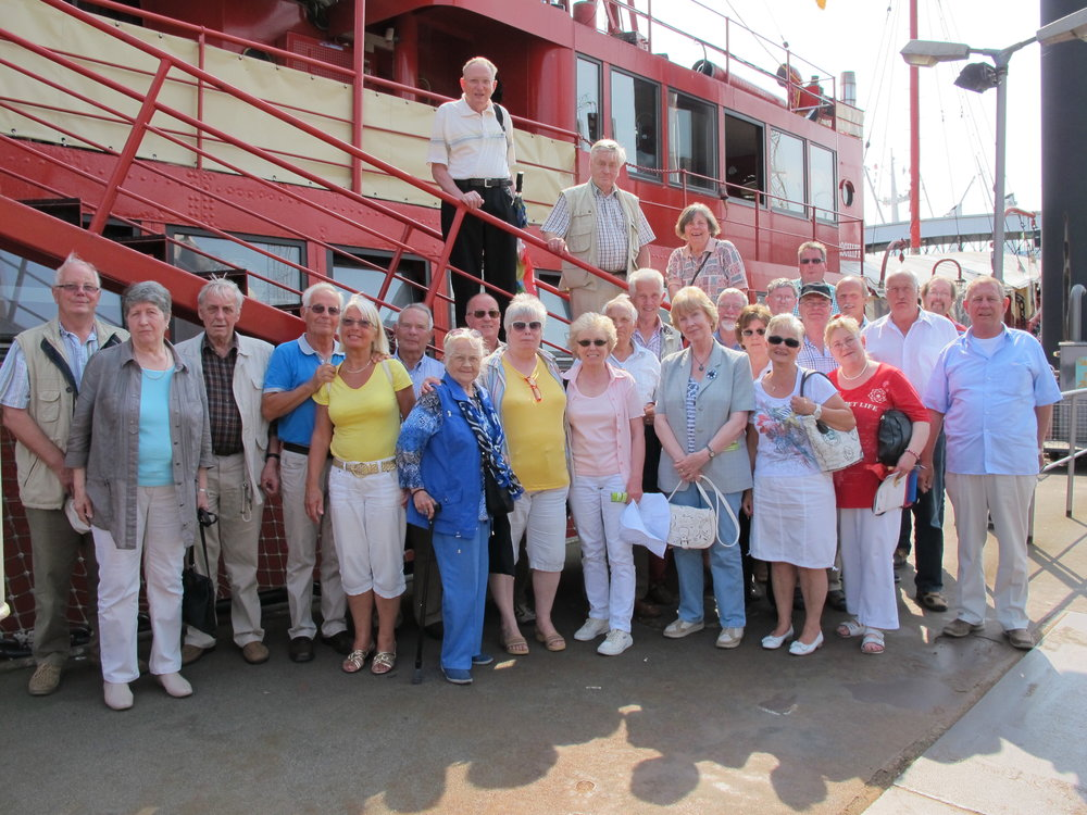 Ausflugsteilnehmer vor dem Feuerschiff LV13 im Hamburger Hafen