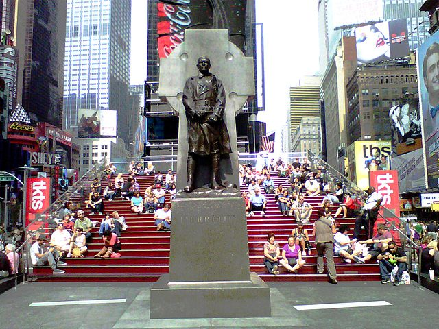 640px-Father_Duffy_statue_and_TKTS_booth_risers.jpg