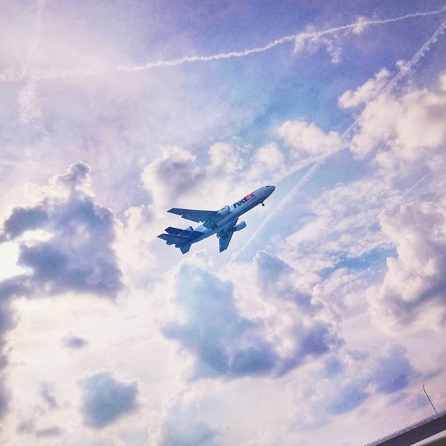 Loud. . . . . . . #fedex #fedexpress #airplane #sky #flight #destination #airport #low #lowflight #landing #clouds #iloveairplanes #shipping #receiving #courier #yesfilter #sonyxperia #sonyphone #justfly #usa