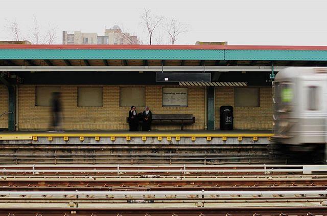 Brooklyn 14' . . . . . #ny #nyc  #nycphotographer #brooklyn #nytrain #nyphotography #streetphotography #nycsubway #nycmetro #ilovetrains #diversity #respectothers #waiting #trainline #lineas #tren #metro #publictransportation #colday #flashbackfriday #iloveny #walkingaround