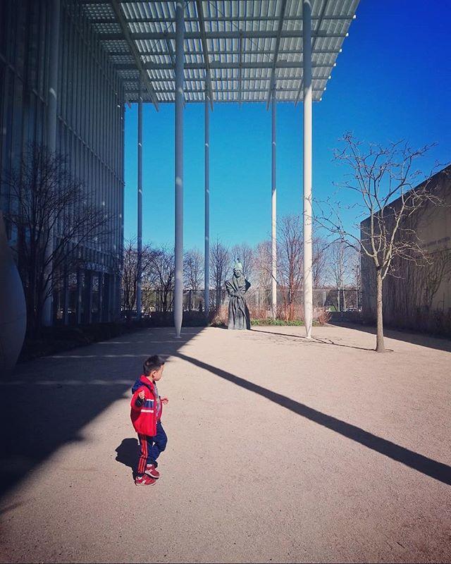 Art Institute. . . . . . . . #art #artinstitutechicago #aic #afternoon #yard #japanesegarden #asia #chicago #contrast #contraste #garden #kidplaying #red #bluesky #hardshadows #ilinois #chicagoart #streetphotographychicago