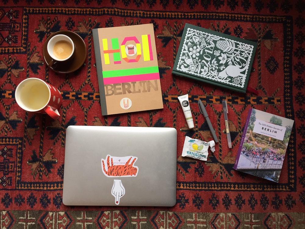 So sieht mein Arbeitsplatz aus. Im Idealfall mit Kaffee und Ingwertee, meinem Hoi Berlin Notizbuch, meinem Jahresplaner, Kaugummi und einem Buch, das es noch zu entdecken gibt. Ich kann eigentlich von überall arbeiten. Hauptsache, meine Grundausrüstung ist mit dabei. Frage Nr. 80 Auf welche zwei Dinge kannst Du nicht verzichten müsste bei mir heissen, auf welche neun Dinge kannst Du nicht verzichten ...