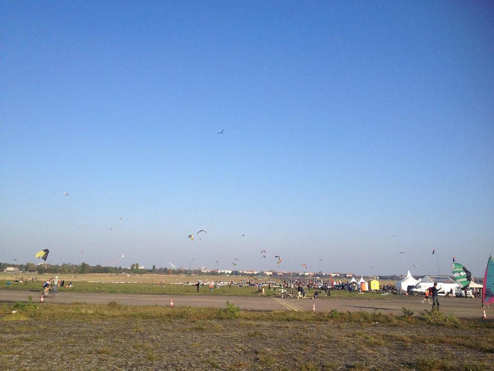 Wir waren mit Hoi Berlin auf dem Tempelhofer Feld zum  Drachen steigen lassen