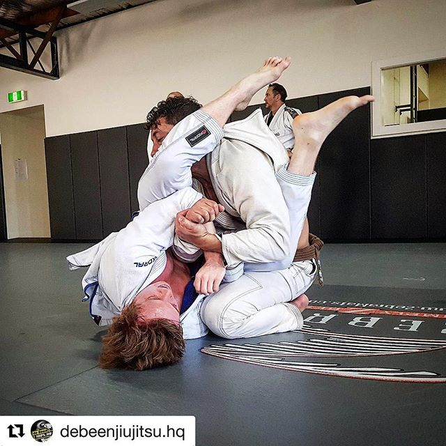 9 weeks on from shoulder reco. Feeling good.  #Repost @debeenjiujitsu.hq ・・・ A sweaty Friday afternoon 😫  40°  #gracie #graciejiujitsu #bjj4life #jiujitsu #jiujitsu4life #jiujitsulifestyle #bjj #bjj4life #bjjlifestyle #armbar #submission