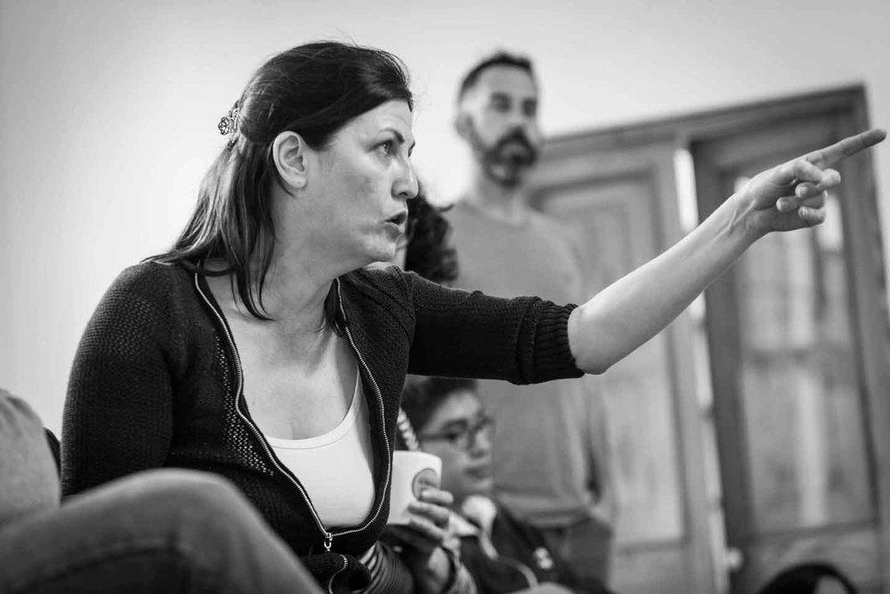 """Laura Silva dirigiendo a los actores del taller """"Actuar un Shakespeare"""" - Setiembre de 2016"""