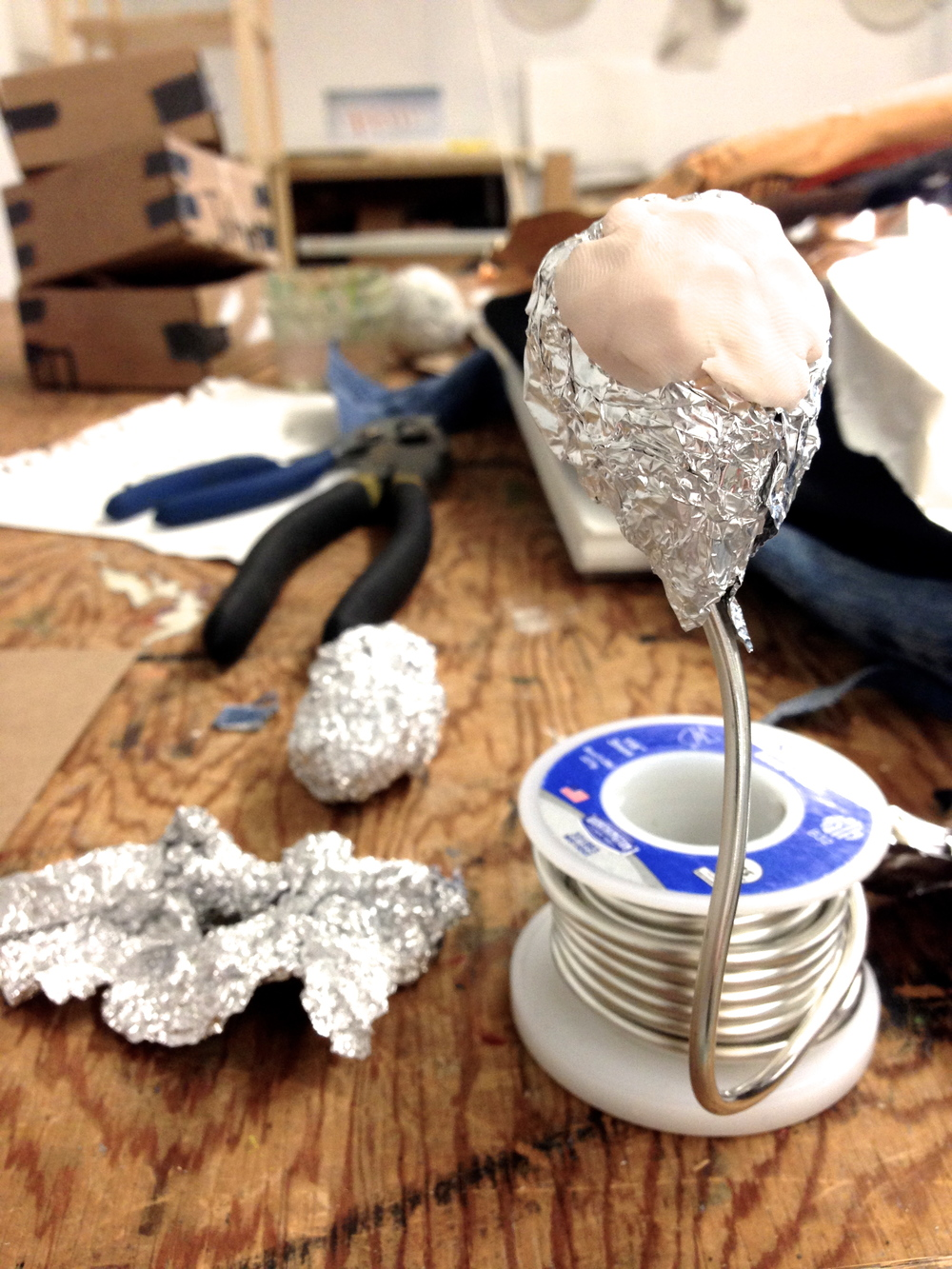 I'm using tin foil as the base of my clay head to avoid explosion in the oven and to keep it light.