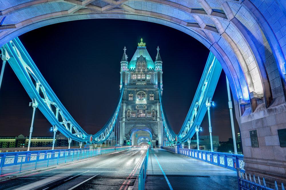 London Bridge bei Nacht mit blauer Beleuchtung