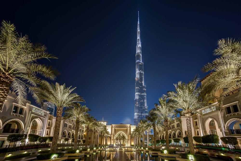 Burj Khalifa in Dubai mit dem The Palace Downtown Dubai im Vordergrund