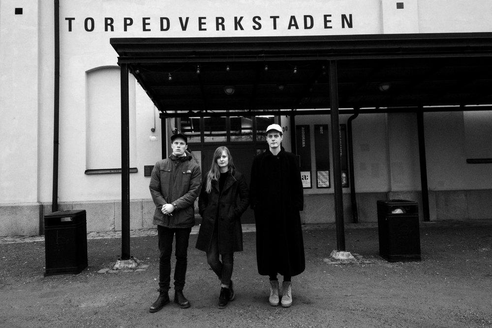 Robin af Ekenstam,Anna Jondelius och Patsy Lassbo fotograferade utanför Torpedverkstaden på Skeppsholmen, 25 januari 2017. Foto: ©Bodil Bolstad/Audiorama