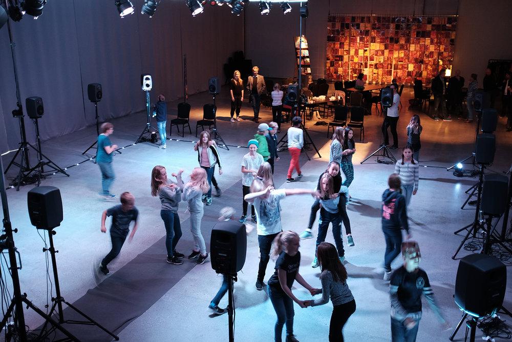 Elever från Tavelbäcksskolan i samband med urpremiären påLat.63 art arena, Frösön 2016. ©Marcus Wrangö/Audiorama