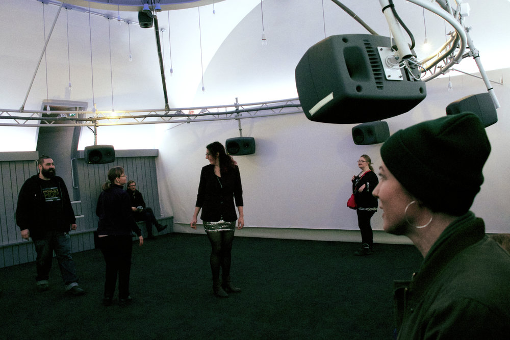 Tonsättaren Sol Andersson (i förgrunden) var på plats under premiären. ©Bodil Bolstad/Audiorama