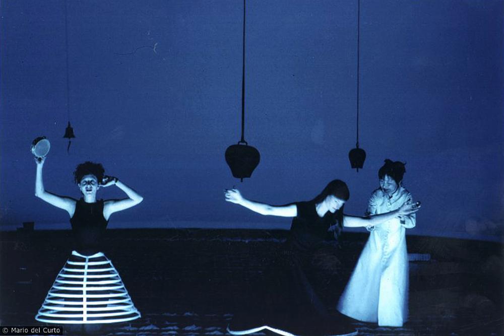 Bild från musikteatern Hashirigaki (2000). Foto:© Mario del Curto