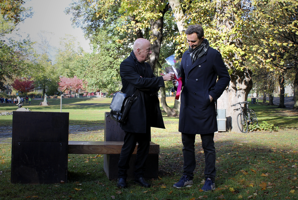 Stockholm konsts chef Stefan Hagdahl (till vänster) invigde Hans Rosenström verk för Ljudbänken c/o Humlegården, fredag 28 september 2018. ©Bodil Bolstad