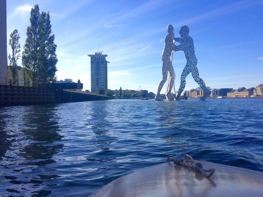 The molecule man SCULPTURE in the spree river - a boat tour HIGHLIGHT © Melinda Barlow