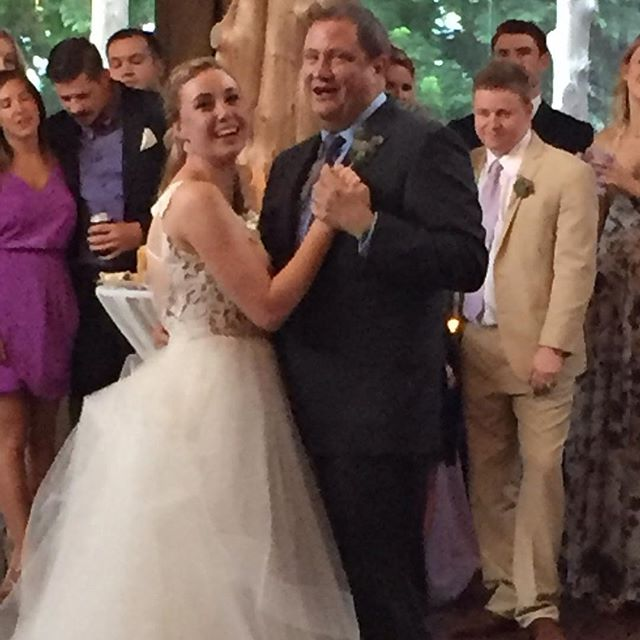 Beautiful bride Kate surprised her Dad @buckeyebob86 with a sweet personal message recorded into their special dance #happilyeverhoban