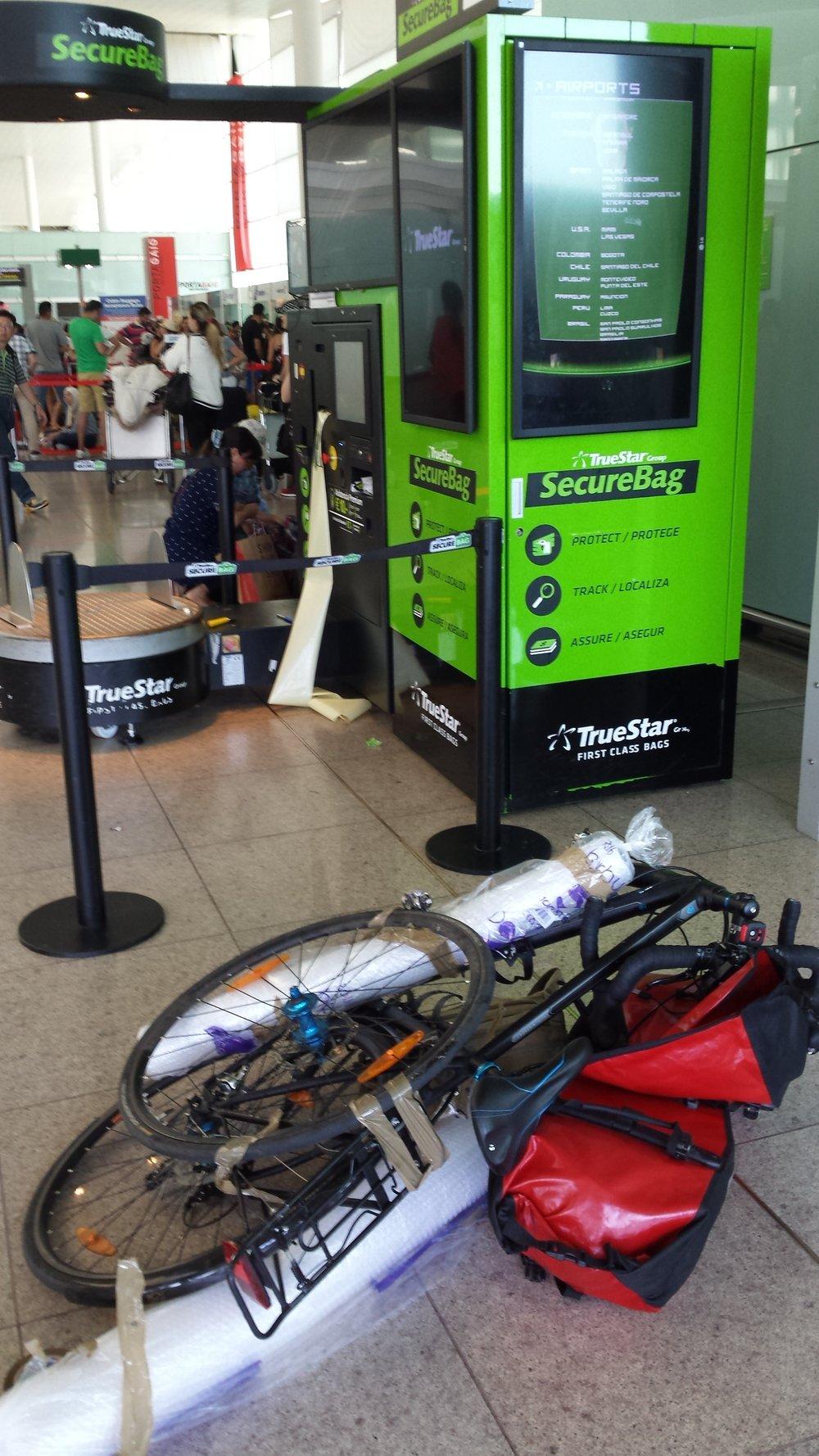 Flere flyplasser har maskin som kan pakke sykkelen inn i plast. Her hadde jeg ikke fått tak i en sykkel eske og trodde jeg skulle fikse det med bobleplast. En dårlig ide.
