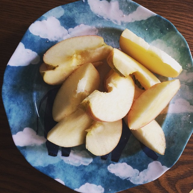 Sweet & salty. Natures natural #electrolytes. No need to have sugar-filled electrolyte drinks when you can just sprinkle apples with a little sea salt. #bushwick #bushwicknutrition #healthysnacks