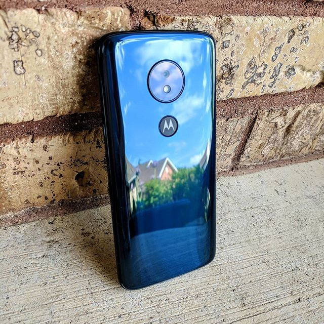 The recently launched moto g6 play from Motorola is as simple as a mid-range smartphone can be in 2018. It even uses micro USB, rather than USB-C likes it's sibling the moto g6.  It does however sport a 4000 mAh battery and an Full HD display.  I'll be putting it through the paces for a full review shortly.  #hellomoto  #motorola #motog6play #tech #gadgets #reviews #android