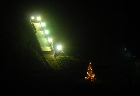 Juletre og lys i ovarennet Skuibakken MHH.JPG