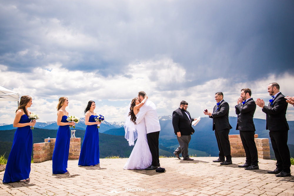 Vail Colorado Wedding | Wedding ceremony in the rain | Colorado wedding photographer | © JMGant Photography | http://www.jmgantphotography.com/