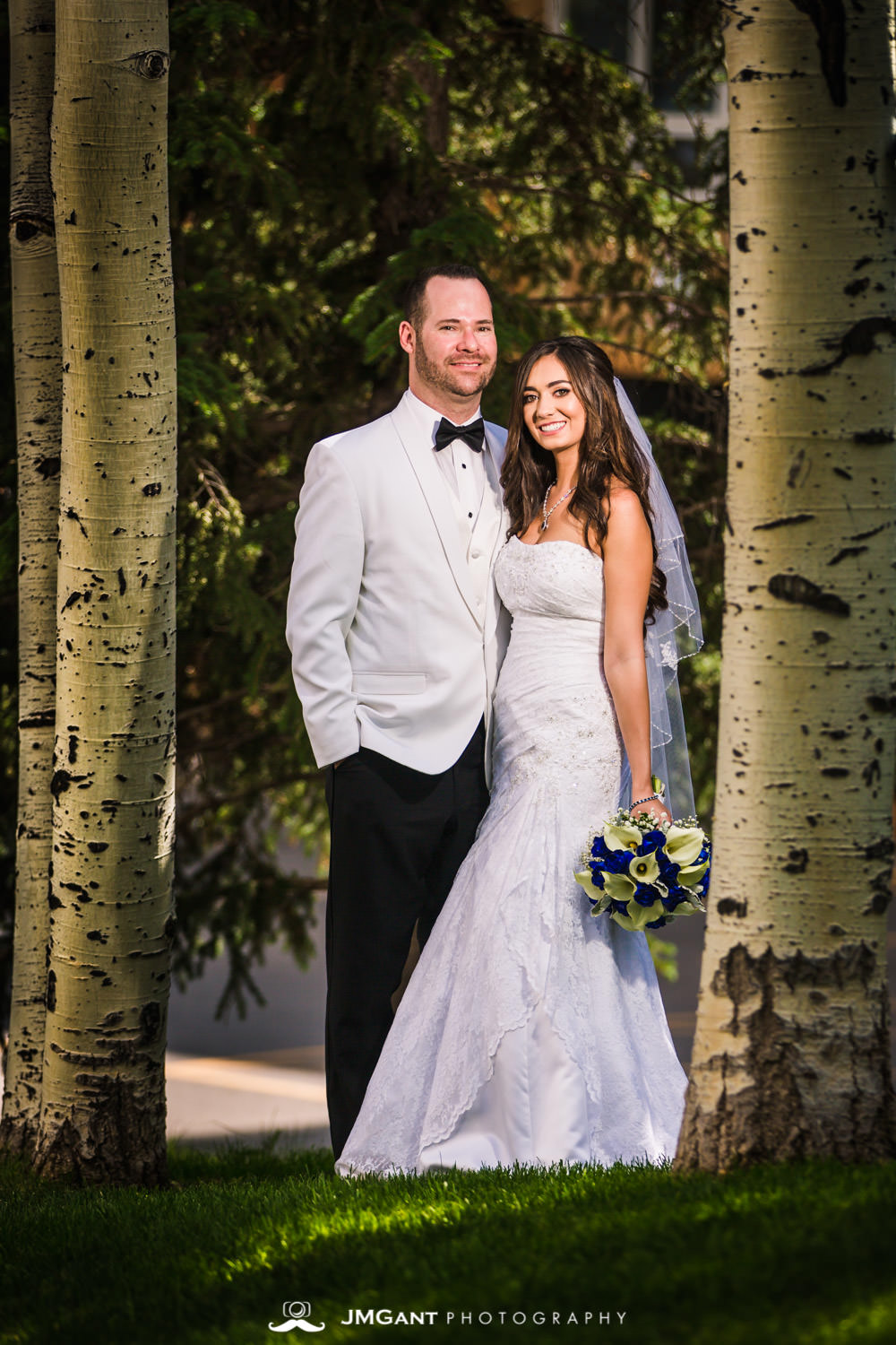 Vail Colorado Wedding | Bride and groom in Vail village | Colorado wedding photographer | © JMGant Photography | http://www.jmgantphotography.com/