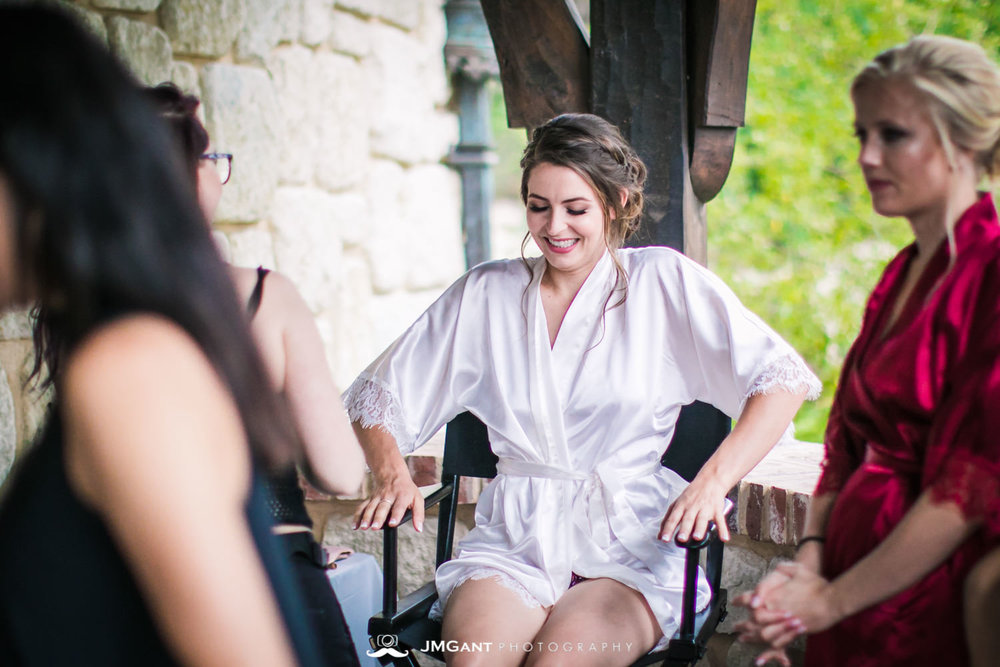 Denver Colorado Wedding | Bride and bridesmaids getting ready | Colorado wedding photographer | © JMGant Photography | http://www.jmgantphotography.com/