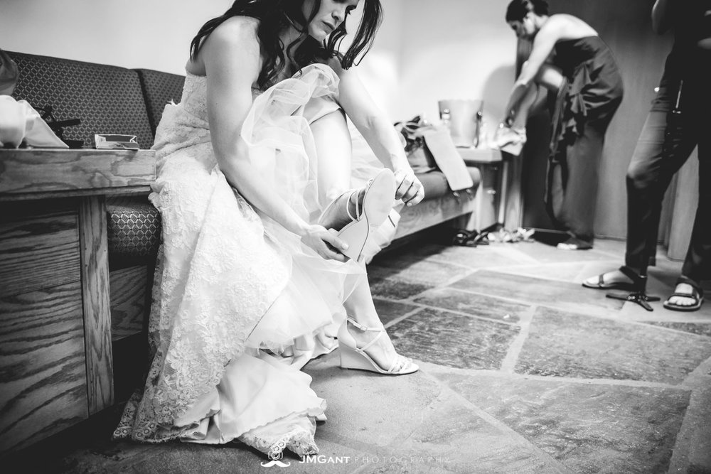 Anthony Chapel Wedding | bride getting ready | Hot Springs Arkansas Wedding photographer | © JMGant Photography | http://www.jmgantphotography.com/