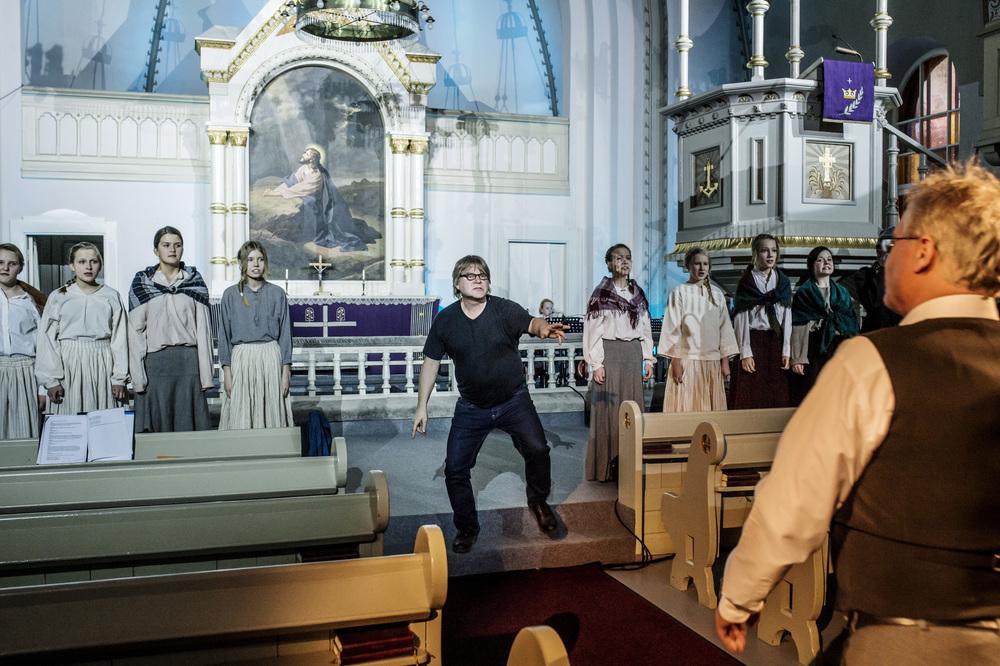 Näytelmä kirkon rakentamisesta kirkossa Savitaipaleella.