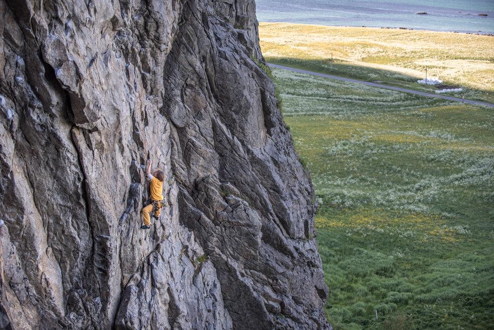 Lofooteilla aurinko paistoi kahtena päivänä. Niinä päivinä kiivettiin pohjoiseen aukeavalla kalliolla eli varjossa.