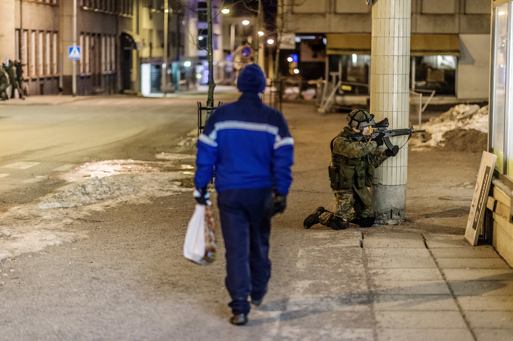 Taisteluharjoitus kaupungin keskustassa. Lappeenranta is an army town and sometimes a bystander can see some weird early morning exercises in the middle of the city. Etelä-Saimaa 2015.