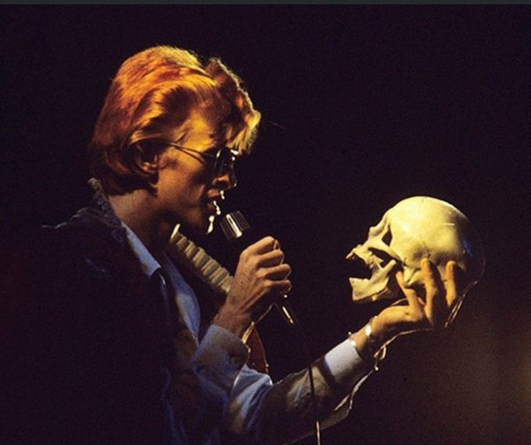 Bowie engages in some skullduggery during the Diamond Dogs tour