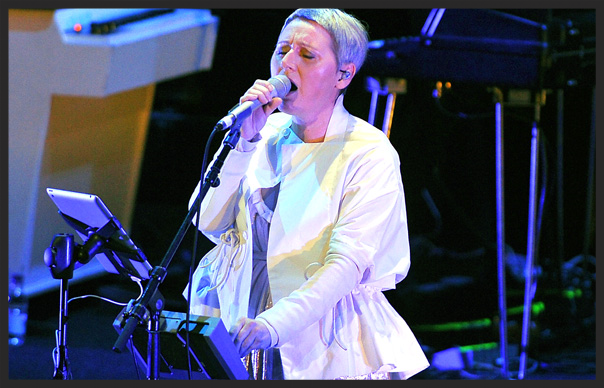 Elizabeth Fraser singing Teardrop on tour with Massive Attack in 2006