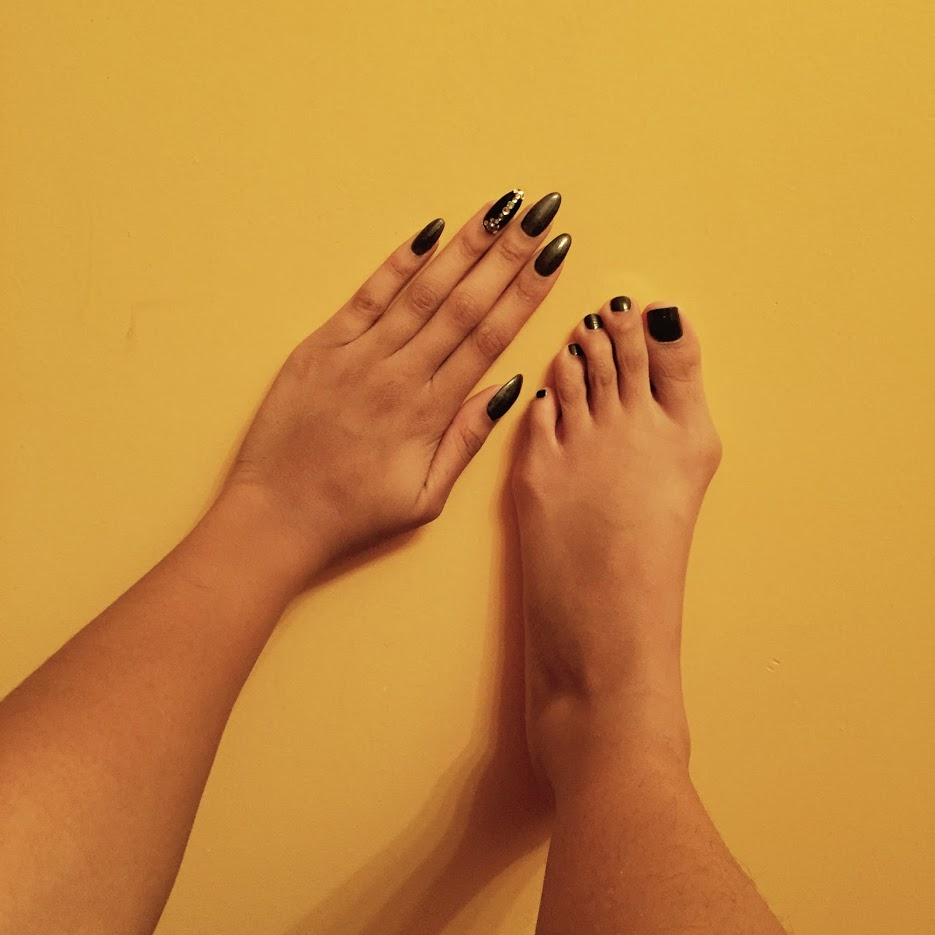blk toe hand.jpg