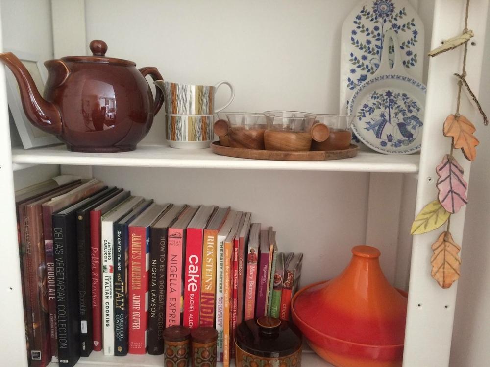 The mid-century midwinter jug + bowl set looks happy here.