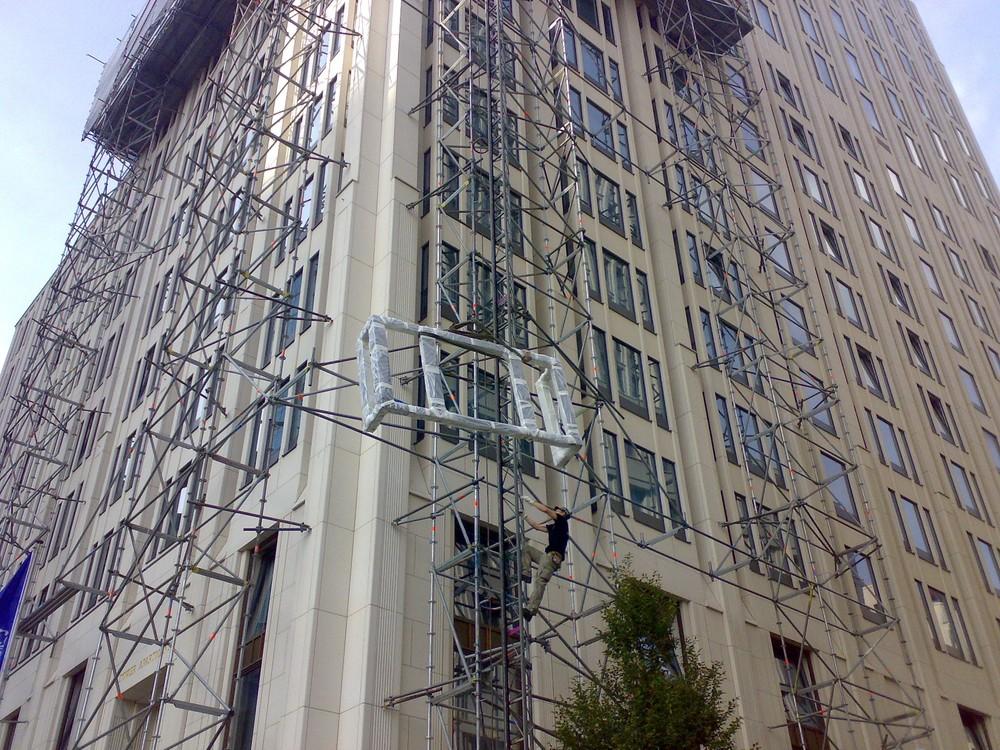 Gerüst für den Umbau der Fassade im 11. Obergeschoss