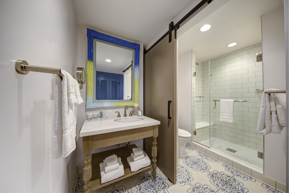 Sapphire Falls Resort standard room bathroom. Image credit: Universal Orlando Resort.