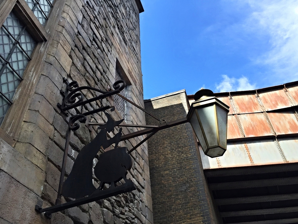 Find out what it's like to eat in the Leaky Cauldron in The Wizarding World of Harry Potter - Diagon Alley in this in-depth dining guide.